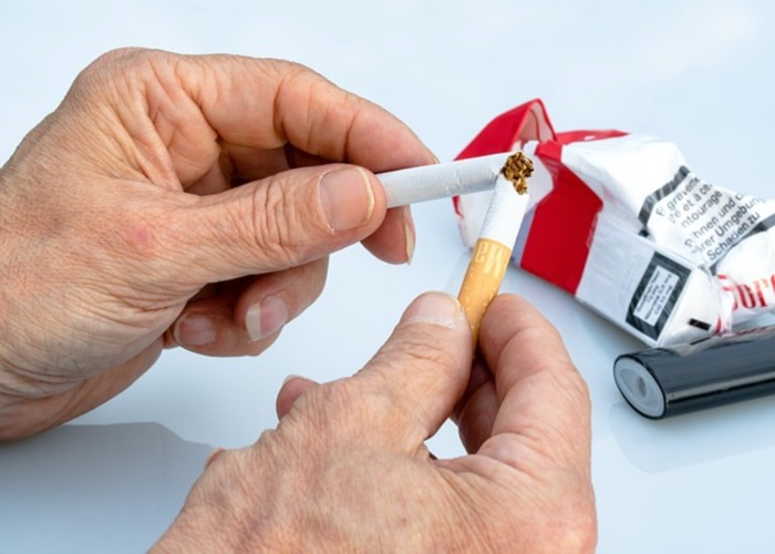 A man quitting to smoke to reduce his risk for kidney disease, kidney health